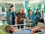 ketua-yki-bali-ayu-pastika-kunjungi-pasien-kanker-di-rsup-sanglah-denpasar_20160408_181636.jpg