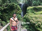 komang-wijaya-salah-satu-sukarelawan-di-suwat-waterfall.jpg