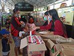 komunitas-anti-lapar-bersama-donatur-membagikan-sembako-di-pasar-renon.jpg