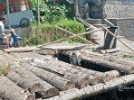 kondisi-jalan-jebol-di-wilayah-desa-abuan-ditutup-dengan-pohon-kelapa.jpg