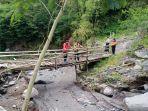 kondisi-jembatan-kayu-yang-menghubungkan-bukit-galah-ke-yeh-kori.jpg