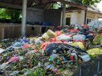 kondisi-sampah-yang-menggunung-di-toss-tempat-olah-sampah-sementara-di-desa-gelgel.jpg