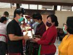konsulat-jenderal-rrt-di-denpasar-menyumbangkan-smartphone.jpg