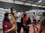 koordinator-kpm-pkh-kabupaten-badung-melakukan-pengecekan-beras-di-bulog.jpg