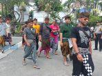 krama-banjar-samu-desa-singapadu-kaler-sukawati-mendatangi-polsek-sukawati.jpg