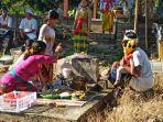 krama-desa-adat-buleleng-saat-melaksanakan-tradisi-memujung.jpg