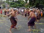krama-desa-bebandem-karangasem-melaksanakan-tradisi-metigtig.jpg