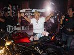 lady-bikers-linda-donna-saat-membayar-cash-big-bike-keluaran-terbaru-honda-cb650r.jpg