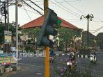 lampu-traffic-ligh-nyaris-lepas-dari-tinagnya-di-jalan-wr-supratman_20180604_221119.jpg