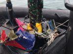 lihat-foto-tim-kopaska-tni-al-menemukan-bagian-pesawat-sriwijaya-air-sj-182.jpg