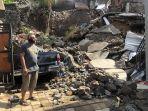made-agus-w-saat-berdiri-diantara-reruntuhan-longsor-yang-menimpa-mobil-dan-rumahnya.jpg