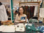 made-juni-indah-suputri-menunjukkan-salah-satu-produk-handmade-di-bazar-lippo-mall-kuta.jpg