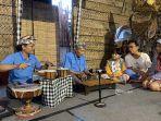 made-taro-dan-putranya-gede-tarmada-memainkan-musik-pembuka-dalam-acara-workshop.jpg