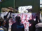 mahasiswa-memasang-spanduk-di-pintu-gerbang-dprd-bali.jpg