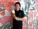 mango-glazz-pegawai-fruit-in-bottle-sedang-berfoto-dengan-membawa-mango-glazz_20180902_170308.jpg