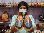 meiga-collection-menunjukkan-produk-sandal-kulit.jpg