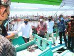 menteri-koperasi-dan-ukm-menkop-ukm-teten-masduki-bertemu-dengan-nelayan-muncar.jpg