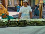 nanang-sugiarta-dan-bibinya-tengah-melayani-pembeli-di-pasar-ramadan.jpg