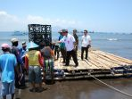 nelayan-bahu-membahu-mengangkat-apartemen-ikan-untuk-ditenggelamkan-dan-disebar-di-laut_20181003_141733.jpg