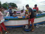 nelayan-di-pantai-segara-kusamba-klungkung-saat-menurunkan-hasil-tangkapannya.jpg