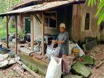 nenek-sukarmi-73-warga-kampung-cigereung-rt-10-rw-03-desa-pabuaran.jpg