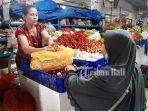 nyoman-werni-tengah-melayani-pembeli-di-pasar-badung-denpasar-bali-sabtu-2262019.jpg