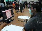 operator-sekolah-bertugas-mengecek-berkas-pendaftaran-ppdb-smpn-1-denpasar.jpg