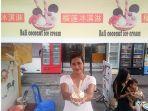 owner-bali-coconut-ice-cream-tengah-menunjukkan-menu-coconut-ice-cream.jpg