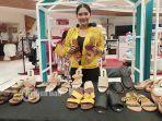 owner-menunjukkan-produk-radjas-style-di-bazar-lippo-mall-kuta-minggu-2872019.jpg