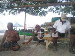 para-nelayan-di-pantai-jerman-sedang-merajut-jaring-sambil-mengungkap-keluhan-mereka_20180902_202052.jpg