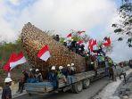 para-pekerja-tampak-mengibarkan-bendera-merah-putih_20180801_073704.jpg