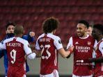 para-pemain-arsenal-merayakan-di-akhir-pertandingan-sepak-bola-uefa.jpg