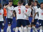 para-pemain-inggris-merayakan-gol-kedua-mereka-selama-pertandingan-sepak-bola.jpg