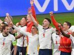 para-pemain-inggris-merayakan-kemenangan-setelah-memenangkan-pertandingan-euro-2020.jpg