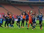 para-pemain-inter-merayakan-kemenangan-di-akhir-pertandingan-sepak-bola-serie-a-italia.jpg