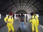 para-penumpang-disemprot-disinfektan-di-terowongan-disinfeksi.jpg