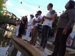para-peserta-peduli-lingkungan-tukad-badung-sedang-melakukan-penuangan-berliter-liter-cairan-ee.jpg