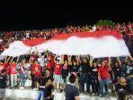 para-suporter-di-tribun-selatan-melakukan-koreografi-dengan-bendera-merah-putih-jumat-982019.jpg