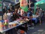 pasar-ramadhan-masjid-raya-baiturrahmah-penuh-sesak-oleh-para-pemburu-takjil.jpg