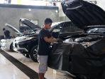 pegawai-red-carauto-detailing-saat-membersihkan-mobil-milik-pelanggan.jpg