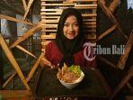 pegawai-tengah-menunjukkan-menu-rice-bowl-si-matah_20180727_122015.jpg