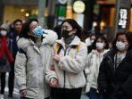 pejalan-kaki-di-ginza-tokyo-mengenakan-masker-untuk-mencegah-penyebaran-virus-corona.jpg