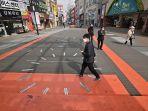 pejalan-kaki-yang-mengenakan-masker-di-distrik-perbelanjaan-dongseongro.jpg