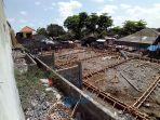 pekerja-menyelesaikan-pembangunan-kembali-pasar-anyar-sari-batukandik.jpg