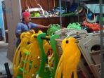 pekerja-merapikan-alat-permainan-anak-sebelum-dikirim.jpg