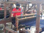 pekerja-sedang-menenun-di-pertenunan-sekar-jepun-denpasar-bali.jpg