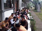pelajar-dan-guru-smkn-4-bangli-saat-acara-makan-bersama-di-teras-depan-kelas.jpg