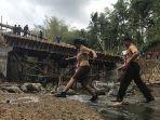 pelajar-saat-melintas-di-sungai-dekat-jembatan-penghubung-desa-bongan-dan-desa-gubug.jpg