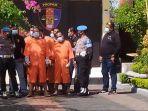 pelaku-kasus-pembunuhan-terlihat-menggunakan-pakaian-tahanan-warna-orange-dan-dijaga.jpg