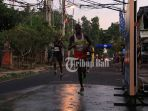 pelari-asal-kenya-saat-melintasi-rute-full-marathon-di-gianyar_20180909_144139.jpg